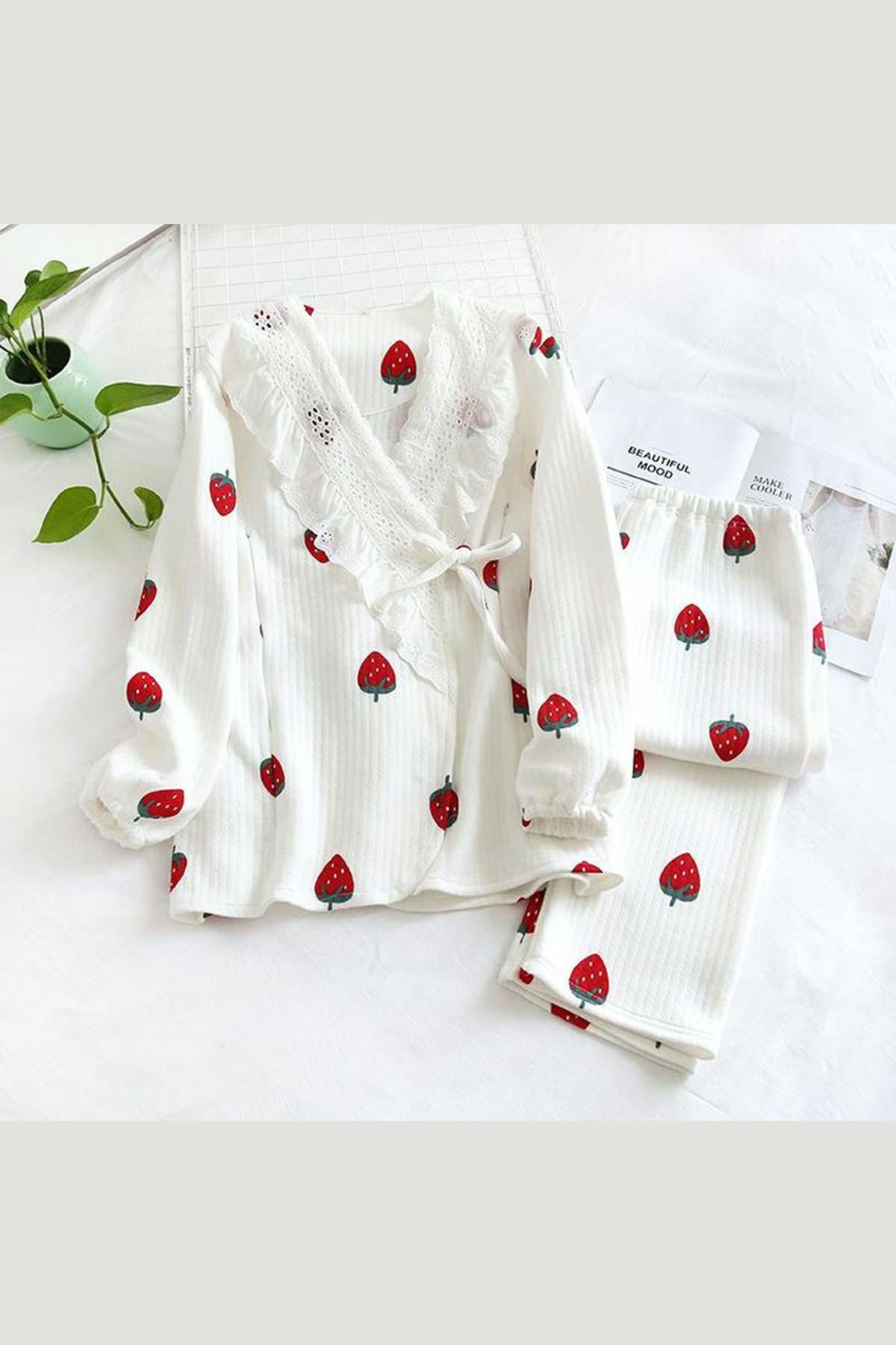 ÇeyizeDairHerşey - Beyaz kruveze dantelli önden düğmeli çilek desenli bayan pijama takımı
