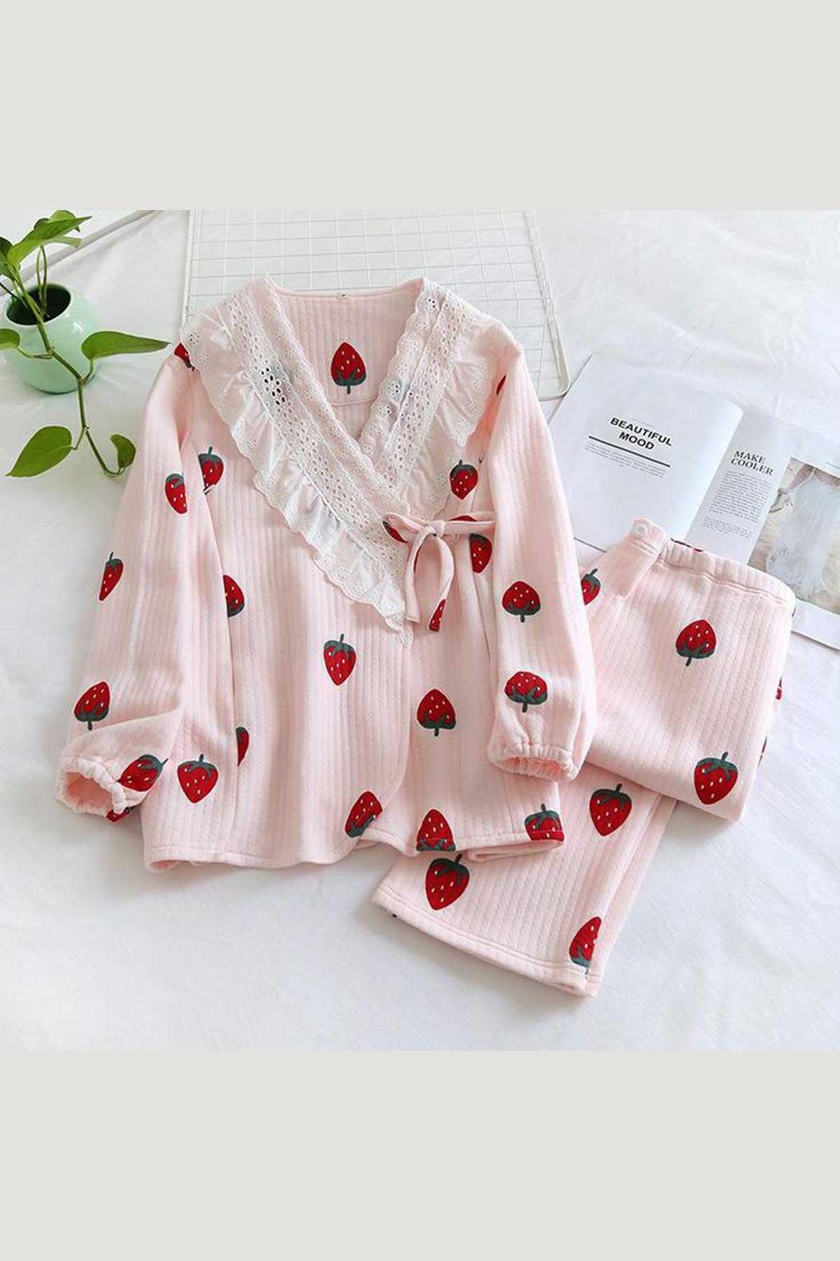 ÇeyizeDairHerşey - Pembe kruveze dantelli önden düğmeli çilek desenli bayan pijama takımı